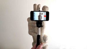 Ein Selfie-Stick gibt dir beim Filmen Stabilität.